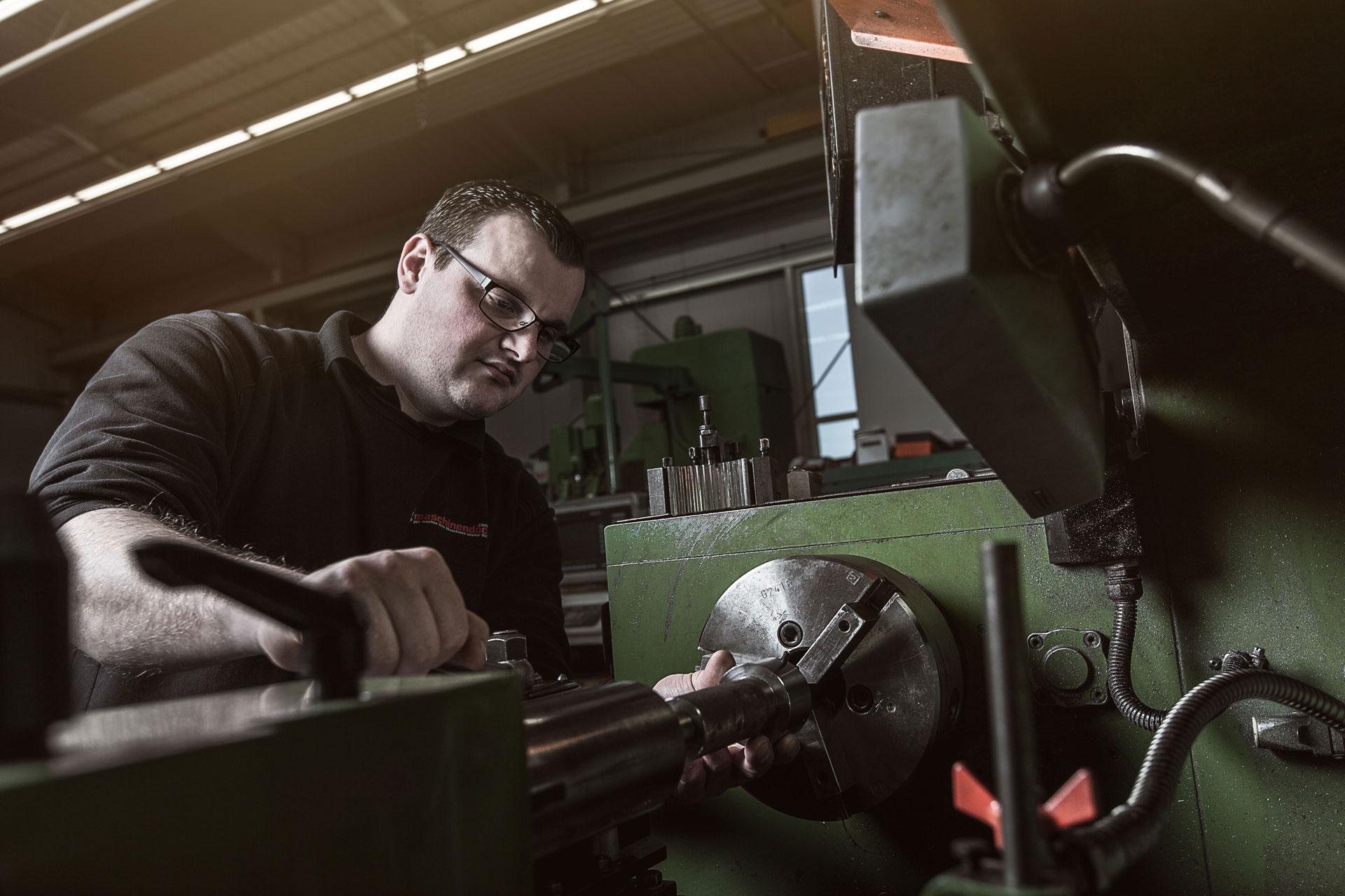 Maschinendoc Mitarbeiter an der Drehmaschine