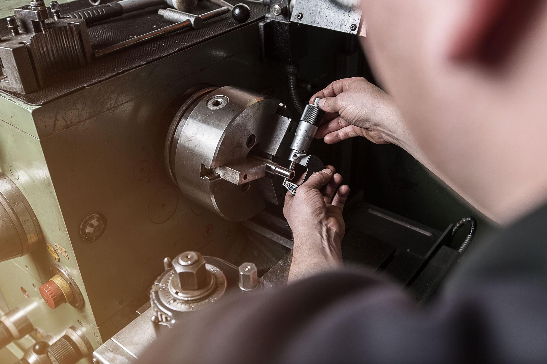 Mitarbeiter von Maschinendoc an der Drehmaschine
