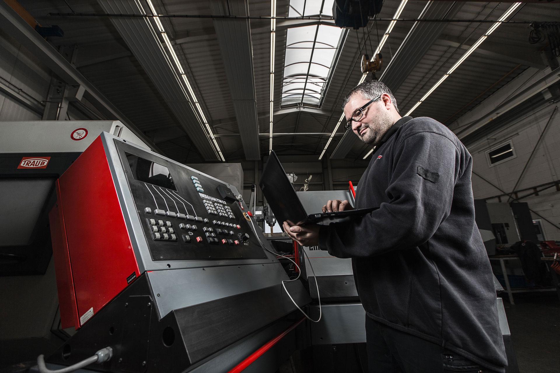 Maschinendoc Mitarbeiter bei der Wartung und Instandhaltung